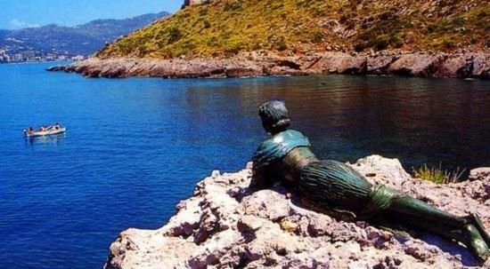 Sapri la Statua della Spigolatrice di Sapri che guarda il mare Sapri: un giro alla scoperta della città della Spigolatrice